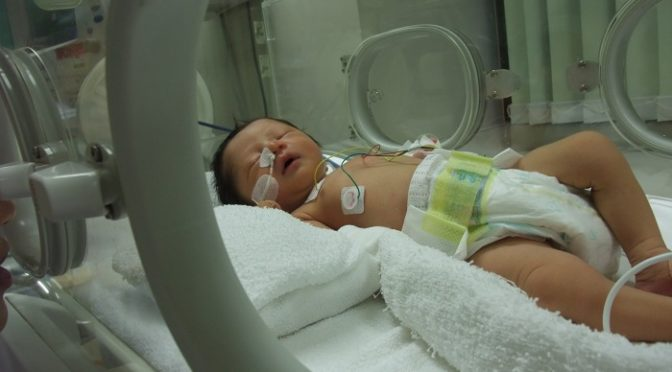 夫は勧めた出生前診断。3度目の正直に命を選んだ女。厳しい現実に湧く自責